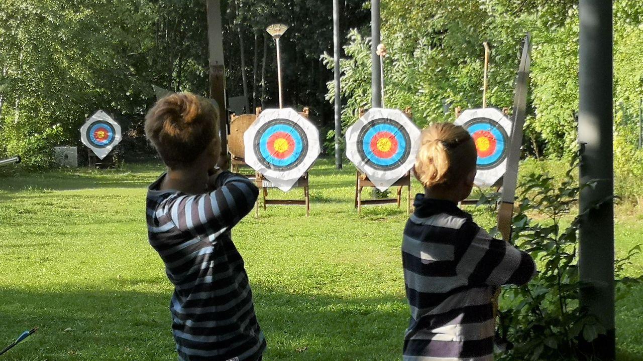 Foto: Viadrina / Gewusst wie: Auch mit Hilfsmitteln wurde den Kindern beim Zielen auf die Scheibe geholfen.